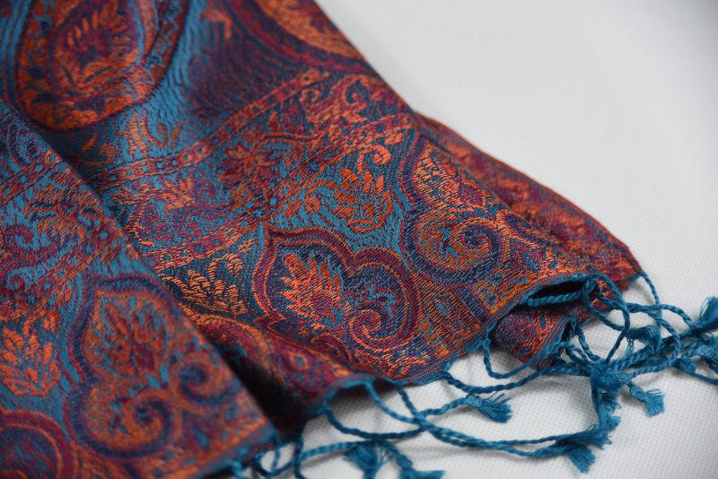 dda9b7910f Hedvábná šála Jamawar střední - Modrá capri a oranžová s ornamenty