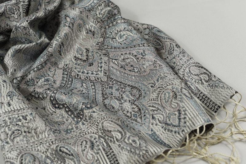 Hedvábná šála Jamawar střední - stříbrná a šedá s ornamenty ecb919b9f0