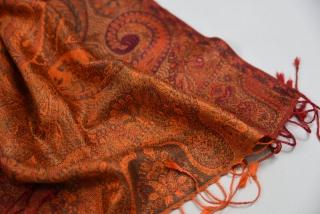 8fb8572c06a Hedvábná šála Jamawar malá - oranžová a červená s ornamenty empty